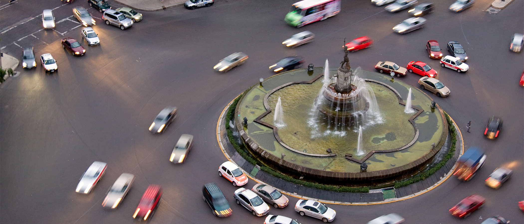 Many cars in a traffic circle
